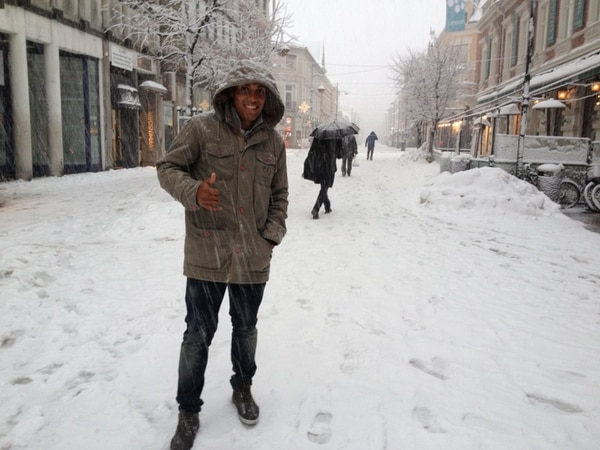 Bismarck Acosta disfruta de caminar en medio de la nieve en el centro de Bergen. Fotografía: Cortesía
