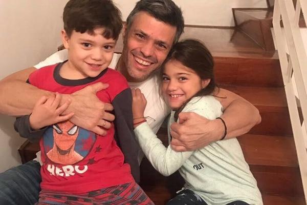 Imagen divulgada en redes sociales. Encuentro de Leopoldo López con sus hijos, luego de tres años de encierro en Ramo Verde.