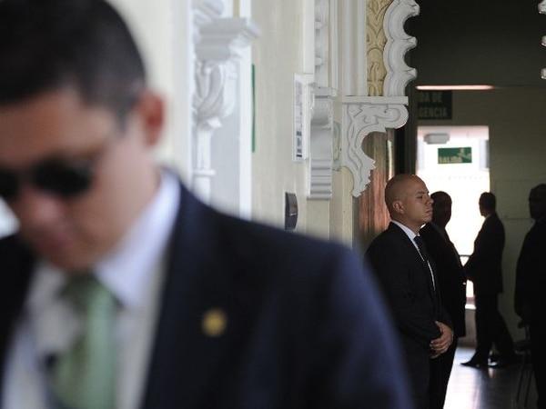 Personal de Seguridad de la Asamblea resguardó la comisión.   ALBERT MARÍN.