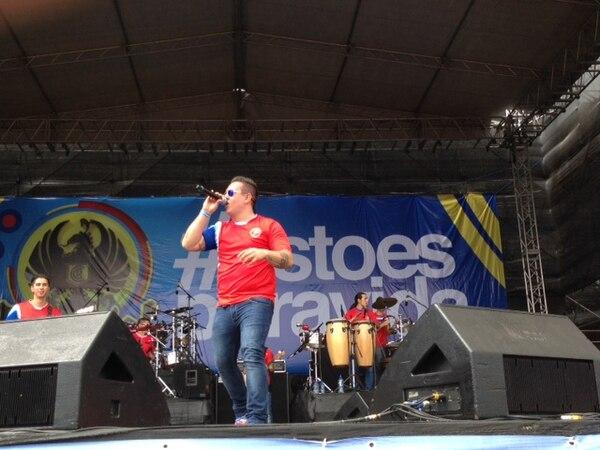El artista Freddy Álvez es el primero en entrar a escena en el concierto de Palmares.