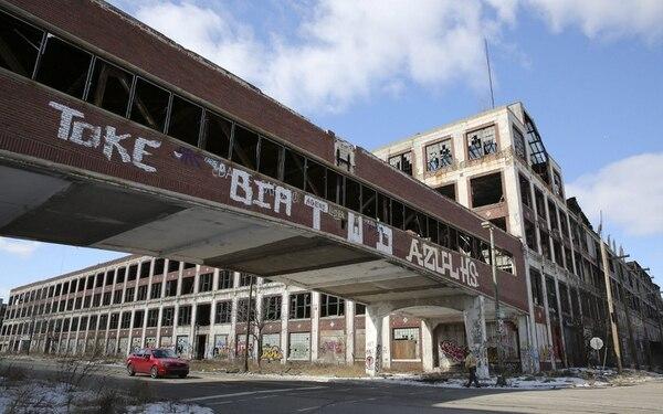 Una planta de Packard Automotive yace abandonada en Detroit, Michigan.