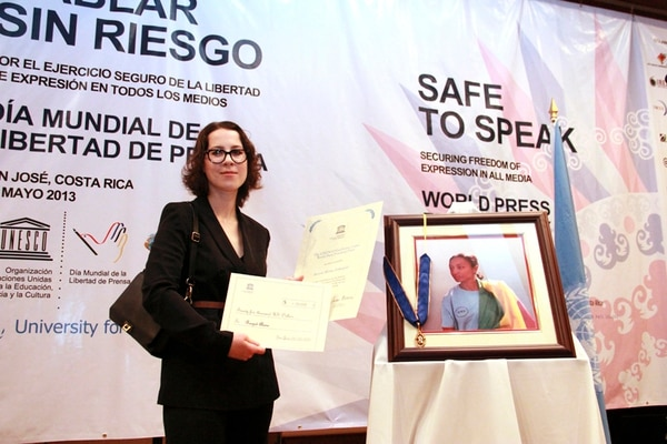 Unesco otorgó el premio Guillermo Cano de Libertad de Prensa a Reeyot Alemu (portarretrato), quien no asistió por estar en prisión. Alana Barton (foto), mostró los reconocimientos.   ARCHIVO