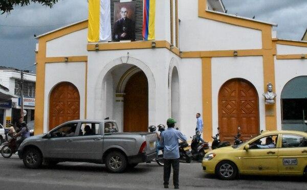 La imagen del obispo colombiano Jesús Emilio Jaramillo, asesinado el 2 de octubre de 1989 por el ELN, fue colocada en la iglesia de Santa Barbara, en Arauca, Colombia. El papa Francisco beatificará a Jaramillo durante su visita a Colombia, del 6 al 10 de setiembre.