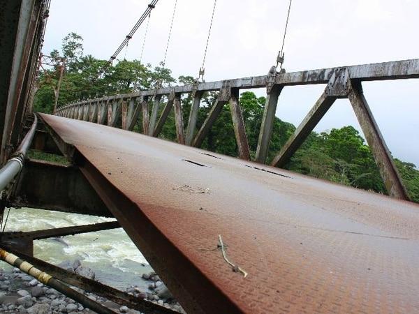 Unas 350 familias usan este destartalado puente de 96 metros de longitud para trasladarse entre Bellavista y Guápiles.   REINER MONTERO PARA GNN