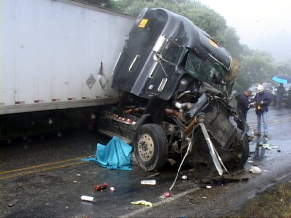 El cuerpo de la víctima quedó al lado del lado cabezal Freightliner que conducía con destino hacia Cartago.   JORGE CALDERÓN