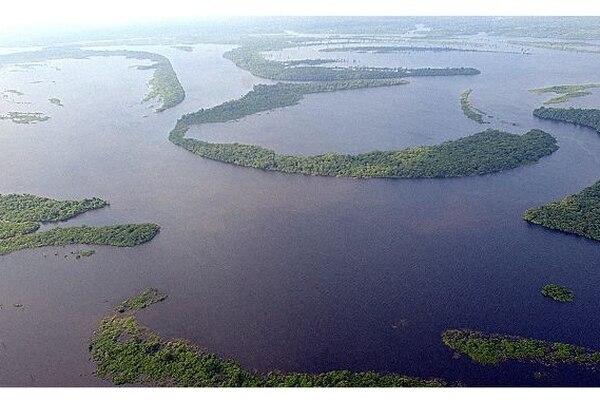 BOG100. BOGOTÁ (COLOMBIA9, 11/11/2011.- Combo de fotografías de archivo que muestra las cataratas de Iguazú (i) y la cuenca del Amazonas (d). El río Amazonas y las cataratas de Iguazú fueron elegidas hoy, viernes 11 de noviembre de 2011, nuevas maravillas de la naturaleza en una votación por internet, teléfono y mensajes de texto en la que participaron miles de personas. A esas maravillas americanas se suman la bahía de Halong, en Vietnam; Komodo, en Indonesia; la isla de Jeju, en Corea del Sur; la montaña Mesa, en Sudáfrica, y el río subterráneo de Puerto Princesa, en Filipinas, según los resultados de la votación, todavía preliminares, difundidos por la web new7wonders.com. EFE/ARCHIVO