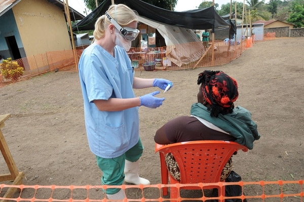 Médicos de múltiples países se han esparcido por las diversas regiones de África para brindar atención a los posibles pacientes de ébola. | AFP