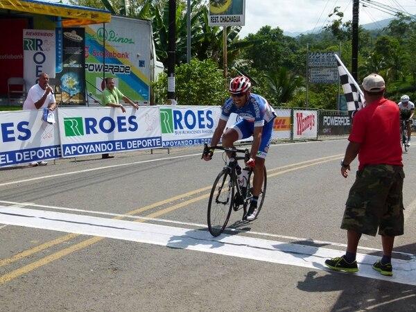Henry Raabe ingresa a meta en Chachagua durante la tercera etapa de la Vuelta a Occidente.