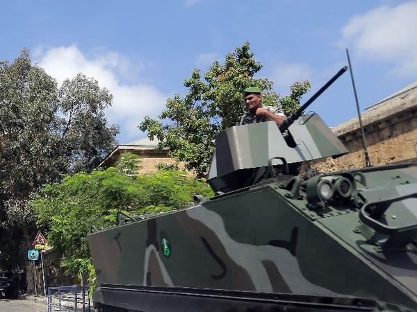 Guardias del Líbano protejen sedes francesas. | AP