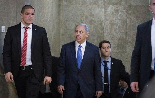 Netanyahu arriba a la sesión de gabinete ayer en Jerusalén. | AP