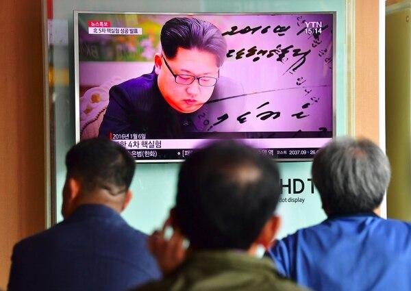 Surcoreanos observaban el viernes, en una estación de tren en Seúl, noticias sobre el ensayo nuclear de Corea del Norte.