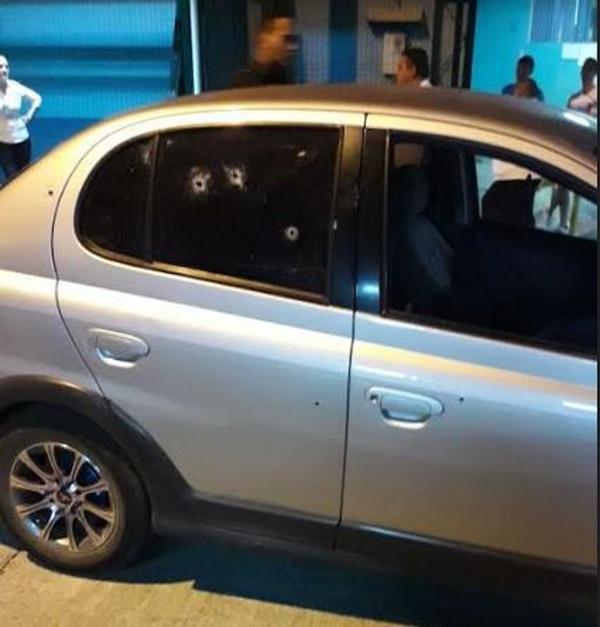La víctima fue trasladado al hospital en el automóvil Toyota Echo, el cual fue impactado en varias ocasiones.