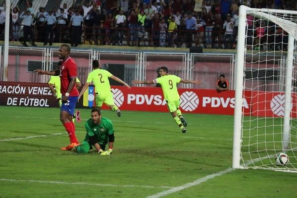 Marco Madrigal (verde) sufre tras la anotación del venezolano Wilker Angel.