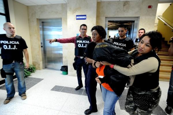 La jueza Rosa Elena Gamboa ingresó ayer, en calidad de detenida, en los Tribunales de Justicia de Limón, donde laboró durante 15 años. | ALONSO TENORIO