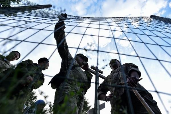Cosacos rusos, reunidos en el parque Torfyanka, en Moscú, respaldan la construcción de una iglesia.