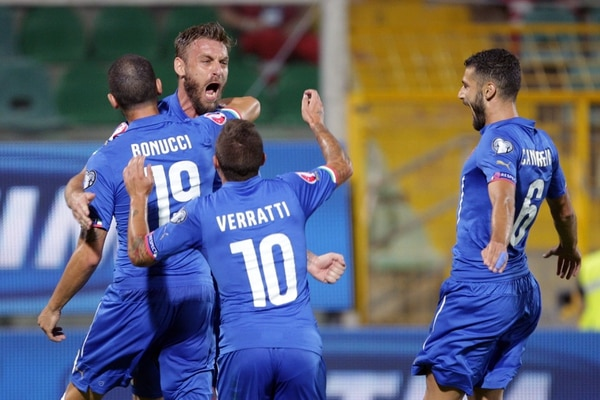 Daniele De Rossi celebra con sus compañeros tras concretar el penal ante Bulgaria.