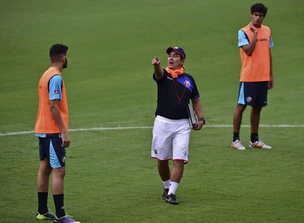 Jorge Luis Pinto dirige el primer entrenamiento de la Selección Nacional en Brasil.