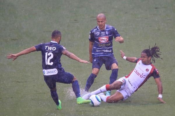 Danny Fonseca (centro) observa una acción entre Ricardo Blanco y Jonathan McDonald, en el partido entre Cartaginés y Alajuelense, en la fecha 9.