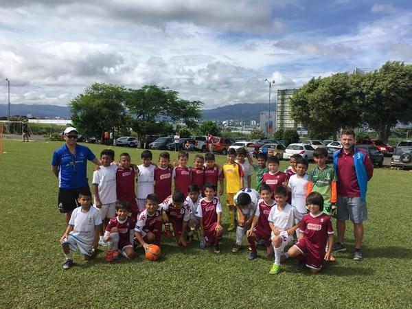 Esteban Luna (derecha de pie) junto a su escuela de fútbol en un partido amistoso contra la Fundación Real Madrid. Fotografía: Cortesía.