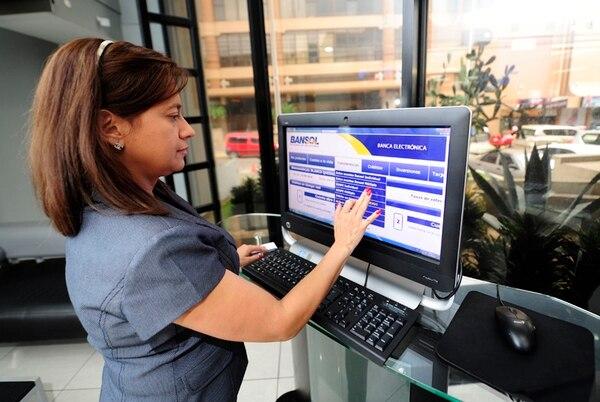 En el último año, los activos financieros de Banco de Soluciones Bansol crecieron un 12%. Lilliana Blanco utilizó el sistema de banca electrónica en la sucursal de San Pedro. | ARCHIVO/GRACIELA SOLÍS