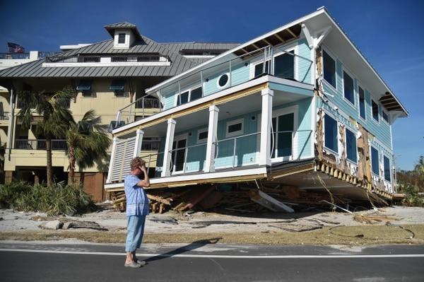 Una mujer observaba los daños causados por el huracán Michael en la localidad de Mexico Beach, Florida, el viernes 12 de octubre del 2018. AFP