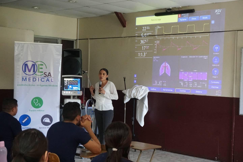 Los estudiantes de Universidad Santa Paula tienen acceso a tecnología de punta como este ventilador mecánico utilizada en clínicas y hospitales de todo el mundo para ventilar pacientes en cuidado crítico.