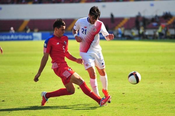 Jan Carlos Vargas marca a Ulises Segura.