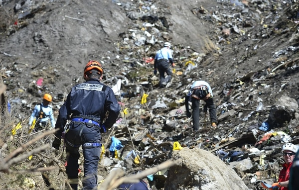 Los forenses se centran solo en localizar restos humanos, recuperarlos y llevarlos al centro avanzado para su identificación.