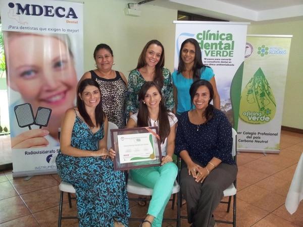 Las dentistas Aura y Sabrina Núñez así como Selena Cubero (tres al frente) recibieron la certificación de Clínica Dental Verde.   CORTESÍA DE SELENA CUBERO.