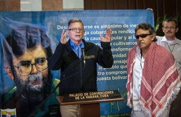 El comandante Rodrigo Granda,de las Fuerzas Armadas Revolucionarias (FARC), lee un comunicado junto al comandante Seuxis Paucias Hernández Solarte (der.), en el Palacio de Convenciones de La Habana (Cuba) este lunes, donde continúan los diálogos de paz con los representantes del Gobierno colombiano y las FARC.