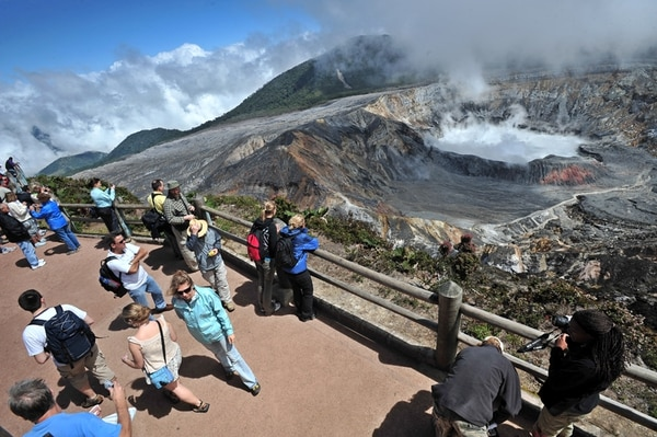 Los empresarios del sector turismo estiman que la alta inversión en países competidores, como Panamá y Colombia, afectará a Costa Rica, pese a sus reconocidos atractivos, como el volcán Poás. | ARCHIVO