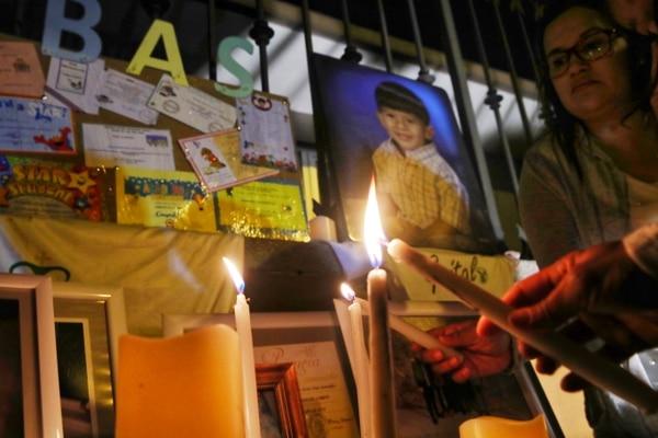 Familiares y otros allegados a Sebastián encendieron, este lunes, velas frente al Liceo de Costa Rica para recordar al menor. Foto: John Durán