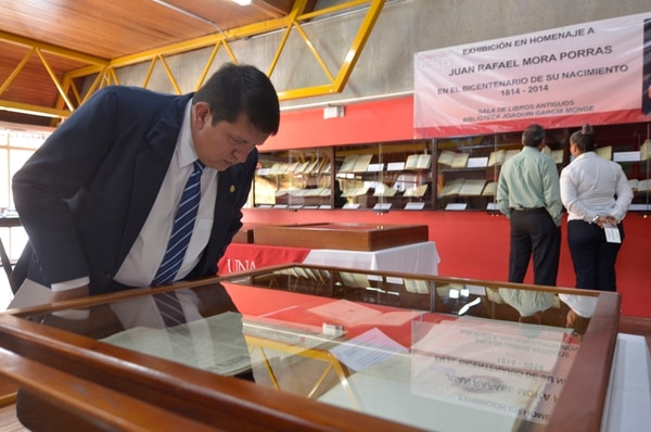 Público. Erick Bogarán observó algunos de los decretos firmados por el Juan Rafael Mora Porras. Mariandrea García.