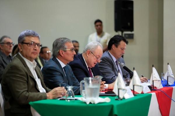 De izquierda a derecha aparecen los voceros de la Uccaep, Álvaro Sáenz, Enrique Egloff, Gonzalo Delgado (presidente) y Elias Soley. Fotografía: José Cordero.
