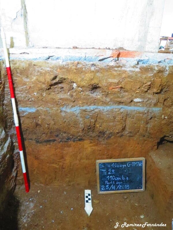 En esta excavación se muestran los diferentes niveles de bases de las reconstrucciones. La línea negra que se observa es el recuerdo de uno de los incendios. Fotografía: Jorge Ramírez, arqueólogo