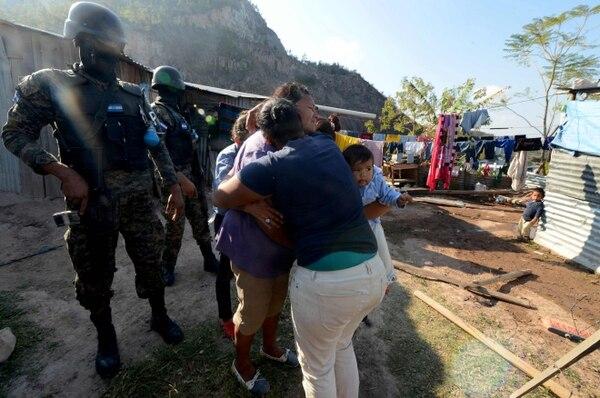 Agentes de la Policía Militar de Honduras esperan para arrestar a supuestos traficantes de drogas, entre ellos al menos una mujer, en Tegucigalpa el 24 de febrero. El Congreso aprobó una nueva reforma penal que intenta frenar el crimen organizado.