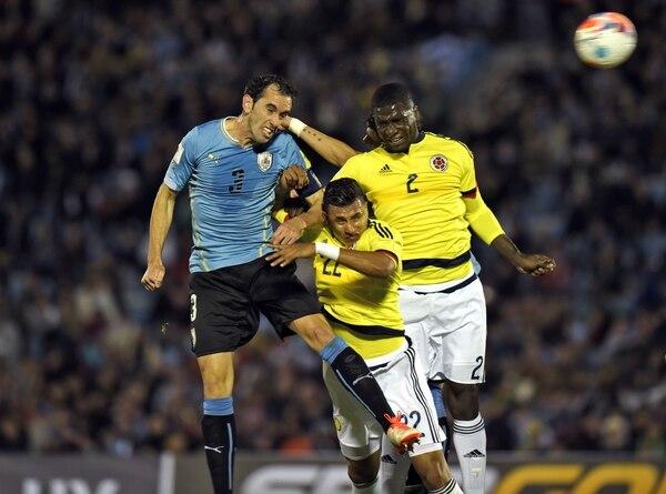 Diego Godín marcó el primer de Uruguay contra Colombia.