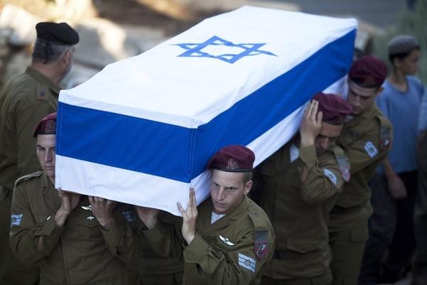 Varios soldados israelíes cargaron ayer el ataúd del soldado Li Mat durante su funeral en el cementerio Monte Hertzel, en Jerusalén. | EFE