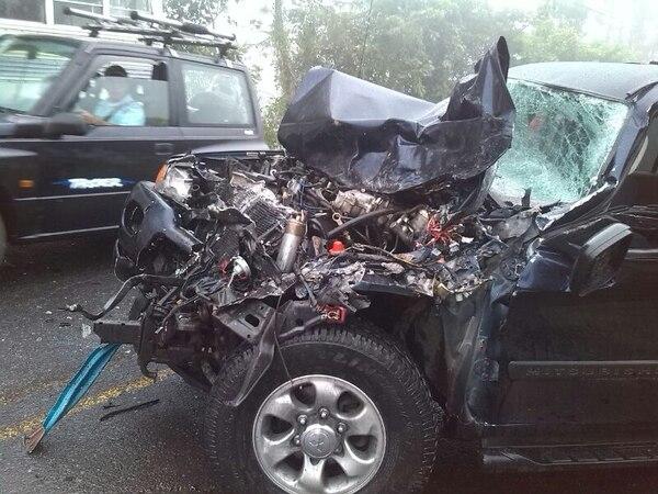 La camioneta quedó con pérdida casi total a raíz del impacto.