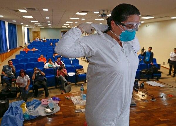 En octubre, funcionarios del Hospital San Rafael, en Alajuela, recibieron capacitación sobre el uso de equipos de bioseguridad.   ARCHIVO