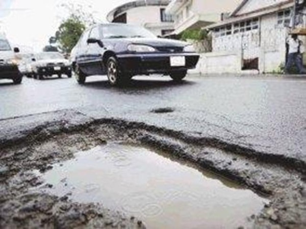 Las calles de Los Yoses son las más afectadas por el cambio de tuberías de agua potable que realiza el AyA en Montes de Oca.   CARLOS GONZÁLEZ