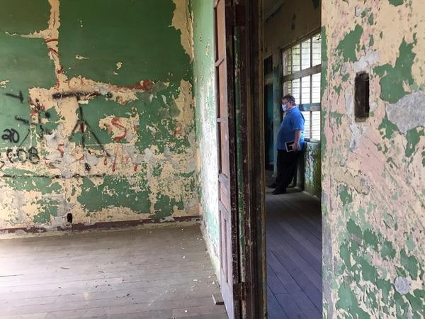 Chris Mckinnell se sintió abrumado durante gran parte del recorrido por el Sanatorio Durán. Afirma que sintió mucha tristeza, dolor y sufrimiento en el lugar. Foto: Rafael Pacheco.