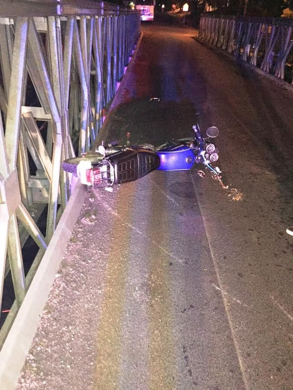 Un motociclista falleció luego de colisionar de frente contra una baranda de un puente en Aguas Zarcas, San Carlos.