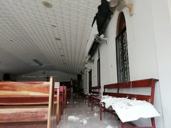 El templo católico de Laurel de Corredores sufrió desprendimiento de parte del cielorraso debido al temblor de 6,7 grados del martes 25 de junio. Foto cortesía de Colosal Informa.