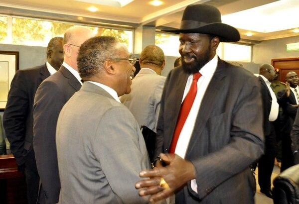 El presidente sursudanés, Salva Kir saluda a un miembro de la delegación ministerial africana que trata de mediar entre el gobierno y las fuerzas rebeldes en Sudán del Sur. Kir se comprometió hoy a evitar una guerra civil, siempre que el otro bando renuncie a derrocar al régimen.