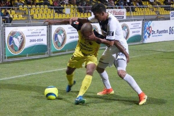 El liberiano Román Calvo intenta llevarse la marca de un jugador de Guadalupe en el Estadio Edgardo Baltodano Briceño. Foto: Rebeca Álvarez