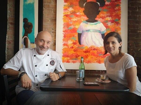 Una pareja donde él cocina y atiende clientes y ella diseñó el restaurante. Foto: Osvaldo Calderón