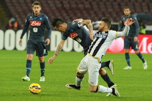 El jugador del Nápoles Marek Hamsik (izquierda) disputa el balón con Thomas Heurtaux (derecha) del Udinese este jueves.