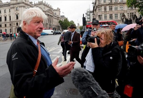 Boris Johnson, candidato del Partido Conservador británico al cargo de primer ministro, saludó este jueves a simpatizantes y atendió medios de prensa frente a la sede del parlamento en Londres / AP.