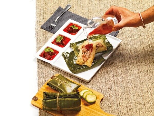 Tamales de guineo con cerdo desmechado y salsa de ciruelas y miel